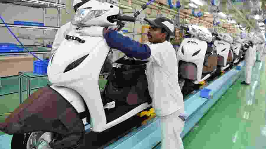 Fábrica de motocicletas da Honda em Bengaluru, na Índia: só a marca japonesa vendeu 6 milhões de motos no gigante asiático, quase sete vezes mais que o mercado brasileiro inteiro. E olha que ela sequer é a líder... - Manjunath Kiran/AFP