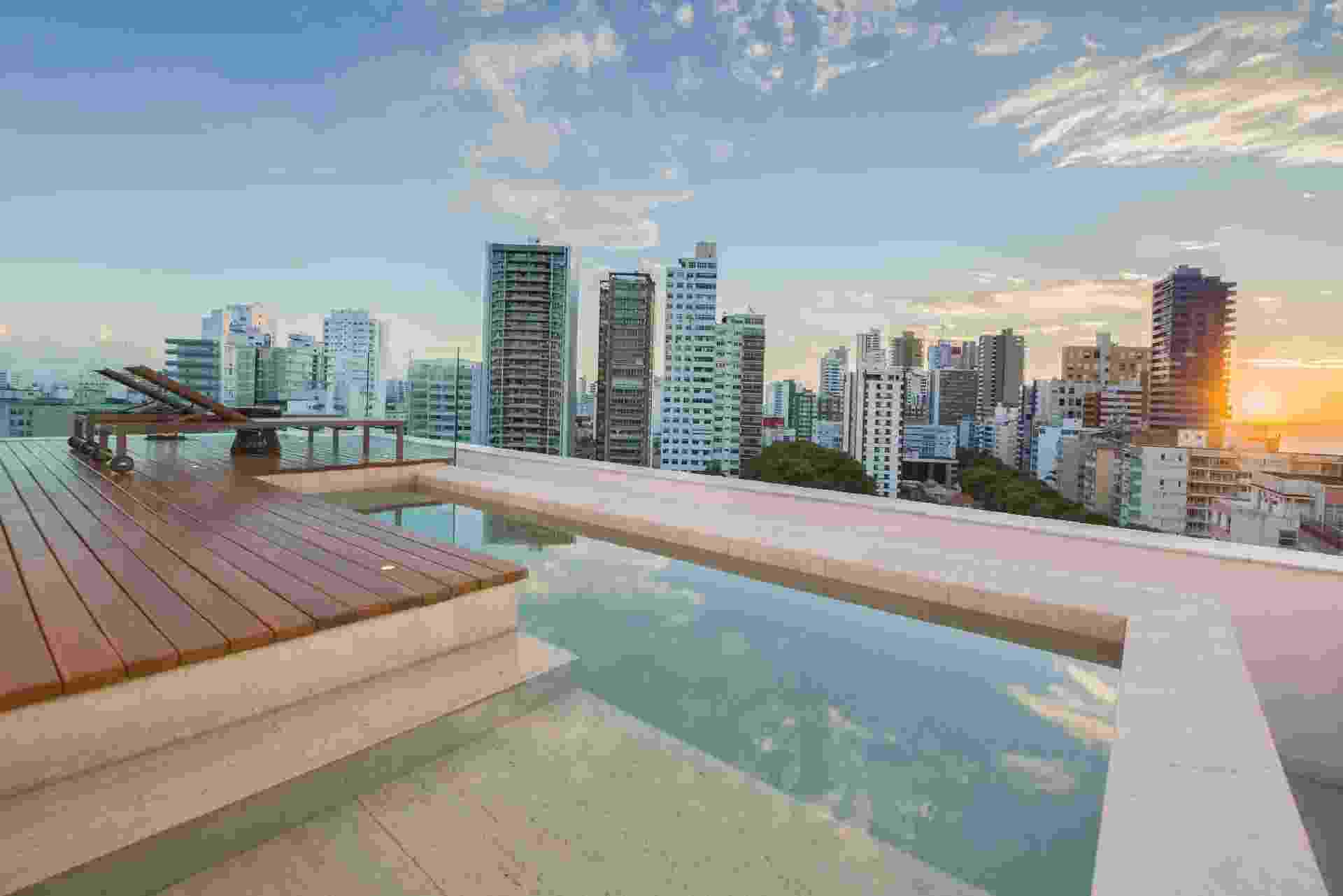 Piscina privativa e de borda infinita da suíte presidencial do hotel Sheraton da Bahia - Divulgação