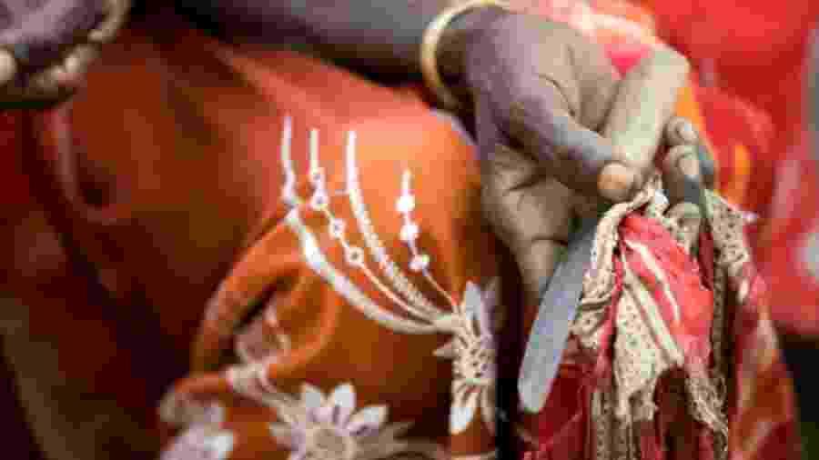Na maioria das tribos onde a prática perdura, garotas têm o clítoris e/ou outras partes da vulva removidos à faca - Unicef