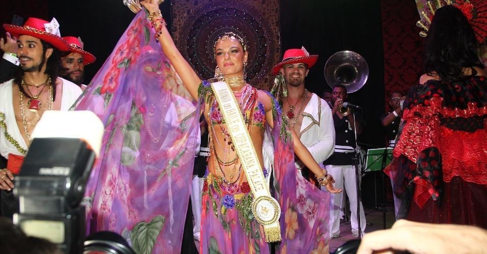 Isis Valverde é coroada rainha do Baile do Copa, que teve como tema o universo cigano