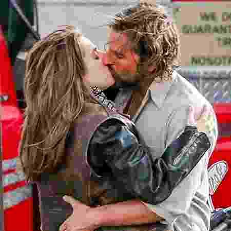 """Lady Gaga beija Bradley Cooper em cena de """"Nasce Uma Estrela"""" - Divulgação"""