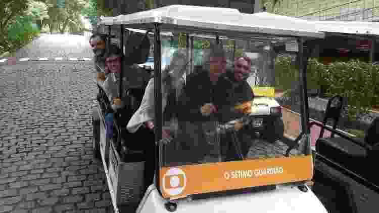 """Aguinaldo Silva dirige carrinho durante uma visita aos sets de gravações de """"O Sétimo Guardião"""" - Reprodução/Facebook - Reprodução/Facebook"""