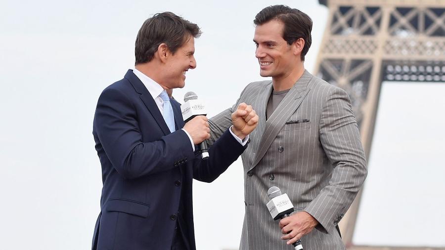 """Tom Cruise brinca com Henry Cavill em Paris durante a pré-estreia de """"Missão: Impossível - Efeito Fallout"""" - Divulgação"""