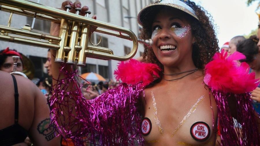 Foliões se divertem na estreia do Bloconcé, no Rio, que homenageia a cantora pop Beyoncé - Luciola Villela/UOL