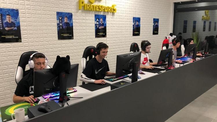 Time de CS:GO da FURIA durante bootcamp na gaming house da equipe Pirates em Katowice, Polônia - Divulgação