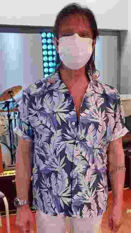 Roberto Carlos de máscara em sua primeira live - Reprodução/ Instagram - Reprodução/ Instagram