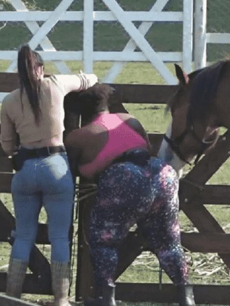 Cavalo rouba comida de Jojo Todynho - Divulgação/PlayPlus - Divulgação/PlayPlus