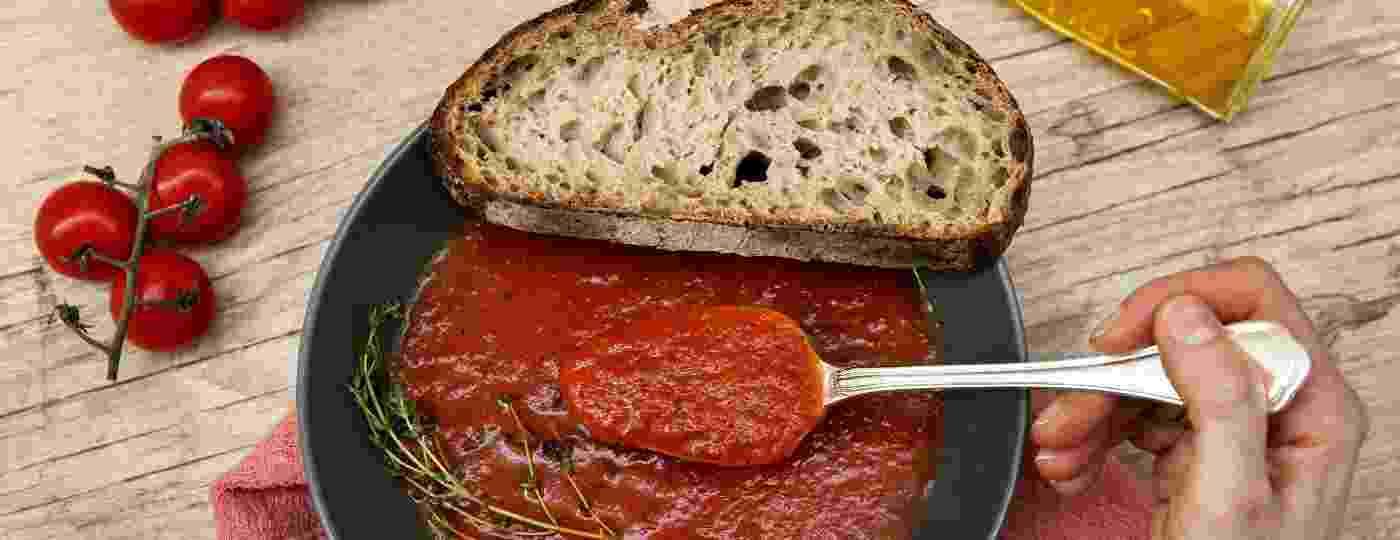 Uma tradicional sopa com tomates assados passou por gerações e combinou como molho para massas - Mariana Pekin/UOL