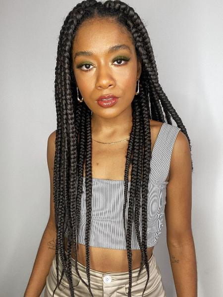 Sah Oliveira usa tranças soltas, feitas desde a raiz do cabelo, mas que não têm o efeito embutido - Reprodução/Instagram/@eusaholiveira