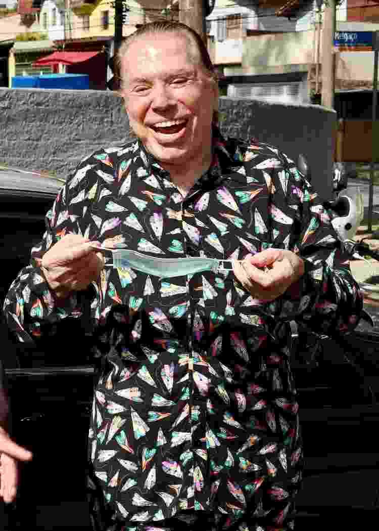 Silvio Santos posa sorridente na frente de posto de saúde onde tomou vacina da covid-19 - Manuela Scarpa/Brazil News - Manuela Scarpa/Brazil News