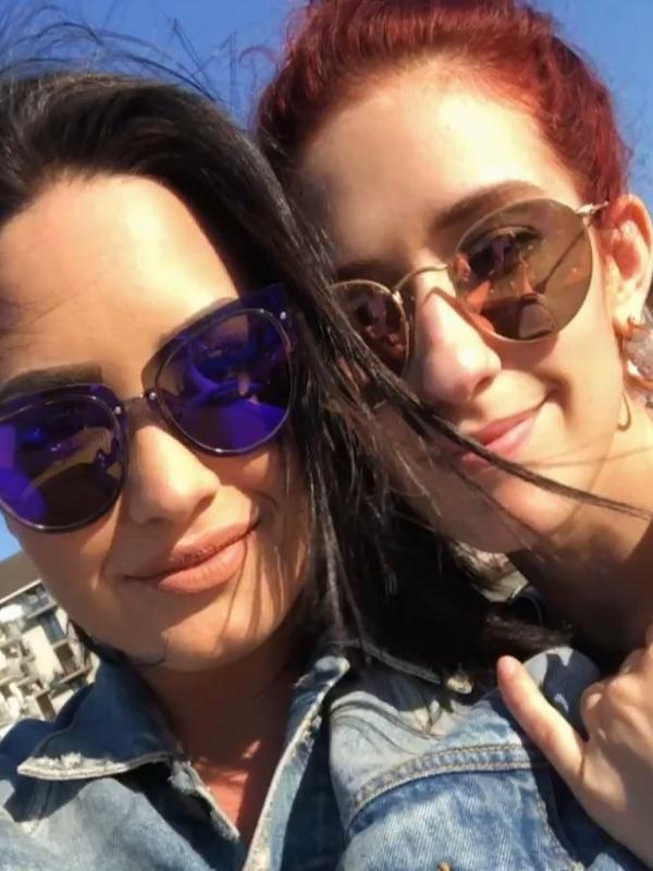 Demi e a dançarina Dani em maio de 2018, meses antes da overdose