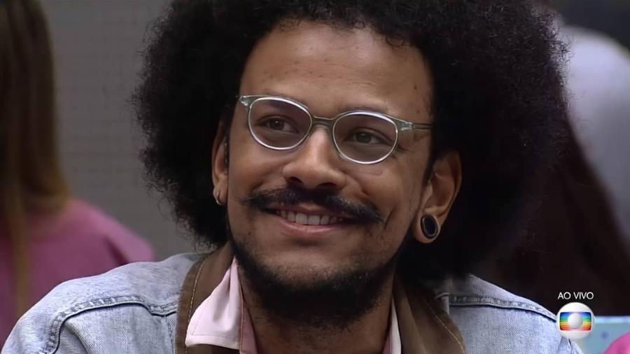 BBB 21: João Luiz ouve discurso de Tiago Leifert sobre racismo - Reprodução/Globoplay