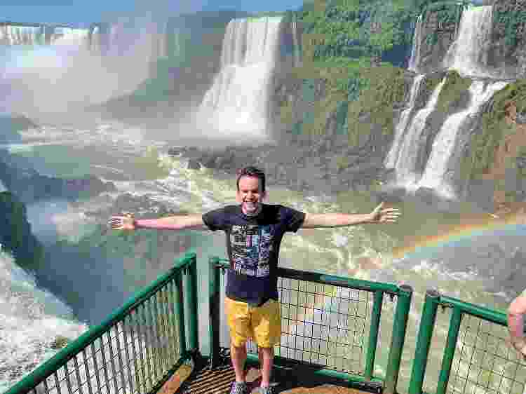 Fernando posando em frente às Cataratas de Iguaçu, no Paraná - Arquivo Pessoal - Arquivo Pessoal