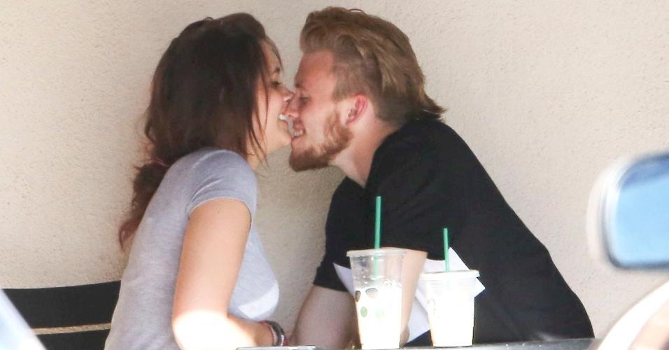 13.jul.2015 - Paris Jackson, a única filha do cantor Michael Jackson, foi flagrada beijando seu namorado, Chester Castellaw, em uma cafeteria em Los Angeles, nos Estados Unidos, nesta segunda-feira