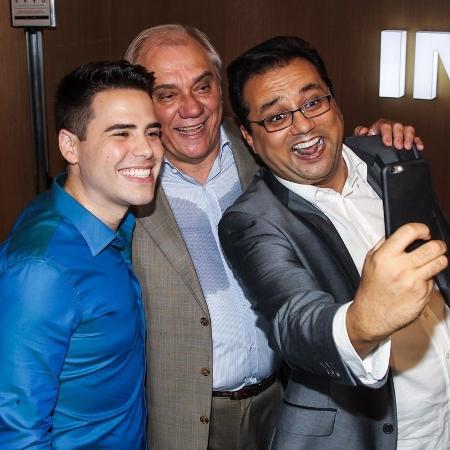 26.jan.2016 - Geraldo Luís tira selfie com Luiz Bacci e Marcelo Rezende - Manuela Scarpa/Brazil News