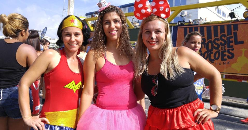 6.fev.2016 - Foliãs curtem o bloco Carrossel de Emoções, na Barra da Tijuca, durante o Carnaval do Rio de Janeiro