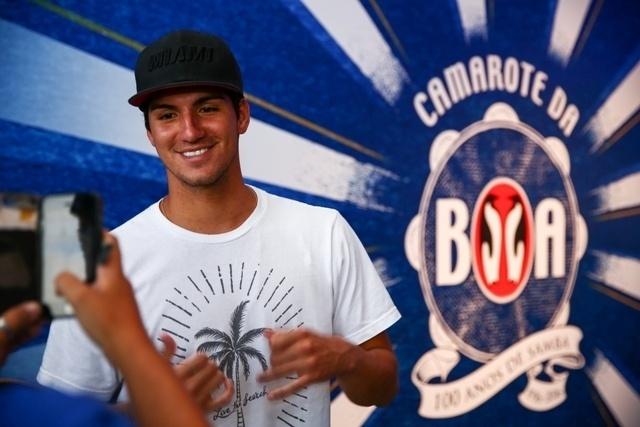6.fev.2016 - O surfista Gabriel Medina posa para fotos no camarote da Boa, no Rio de Janeiro