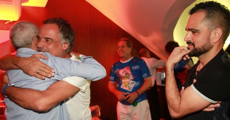 """9.fev.2016 - O ator Ângelo Antonio abraça Francisco, pai de Zezé e Luciano, em um reencontro dez anos após o lançamento do filme """"Dois Filhos de Francisco"""""""