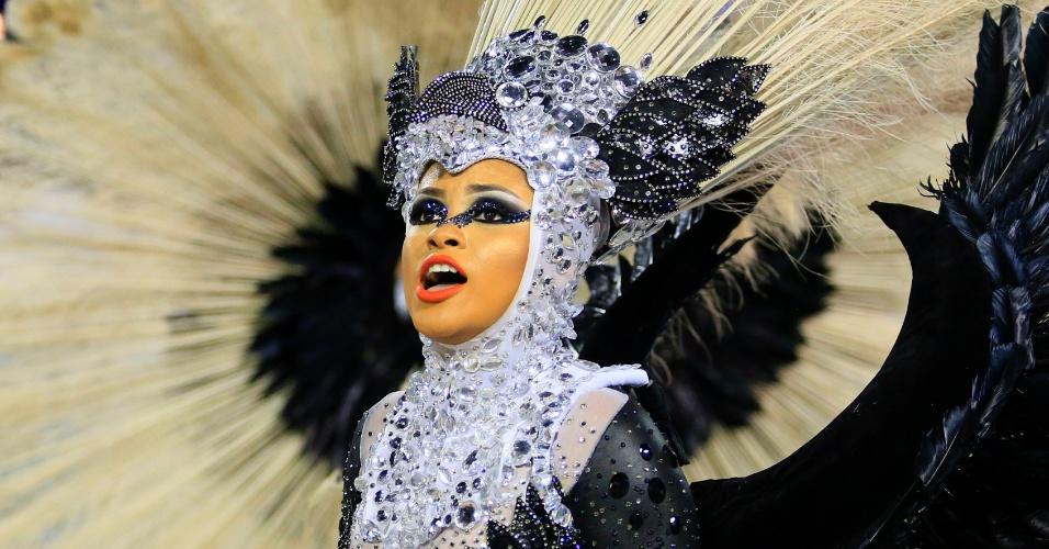 9.fev.2016 - Nove musas da Mangueira vestidas de carcará puxaram o carro O Voo de Uma Canção