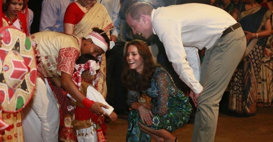 12.abr.2016 - Kate Middleton e o príncipe William conversam com criança após assistir a apresentação da dança tradicional Bihu no parque nacional de Kaziranga, na Índia