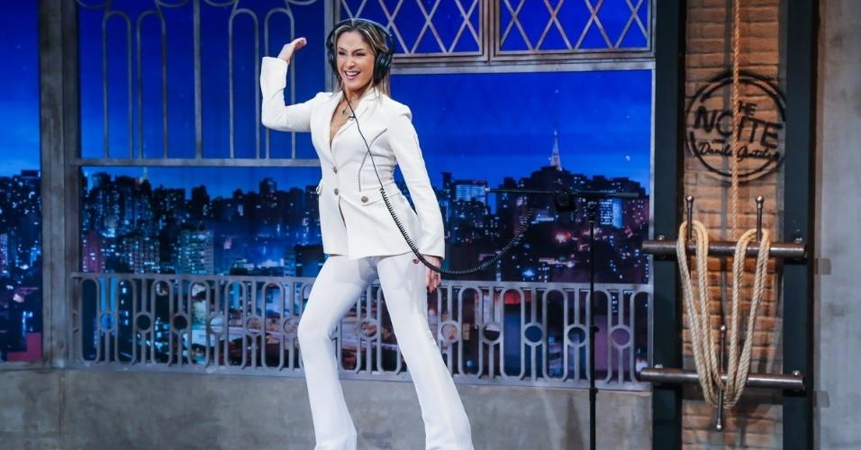 """18.mai.2016 - Claudia Leitte dança """"É o Tchan"""" durante brincadeira com Danilo Gentili no """"The Noite"""""""