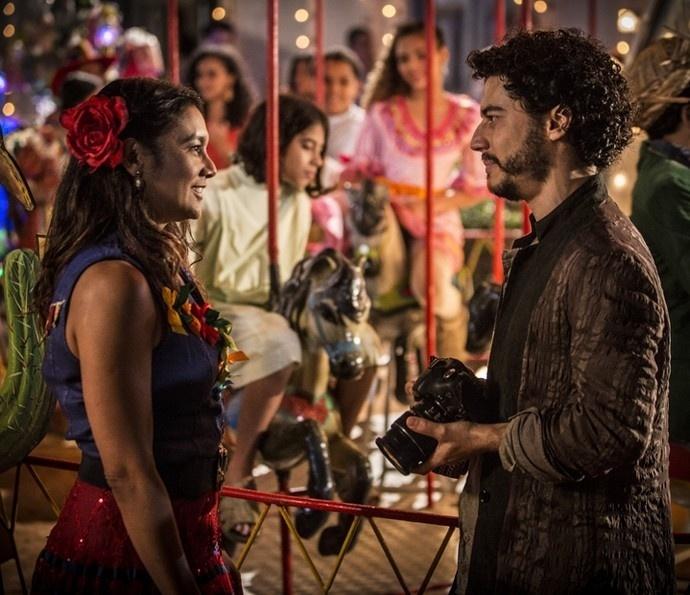 Beatriz (Dira Paes) e Martim (Lee Taylor): o fotógrafo flerta com a professora na festa junina de