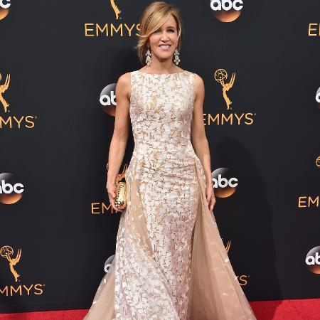 Felicity Huffman no tapete vermelho do Emmy 2016 - Getty Images
