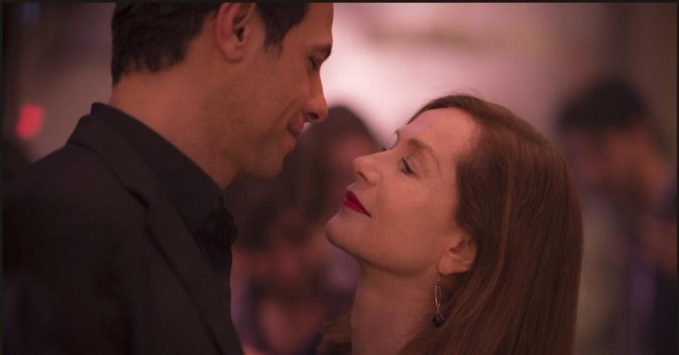 "Isabelle Huppert e Laurent Lafitte em cena do filme ""Elle"" (2016), de Paul Verhoeven"