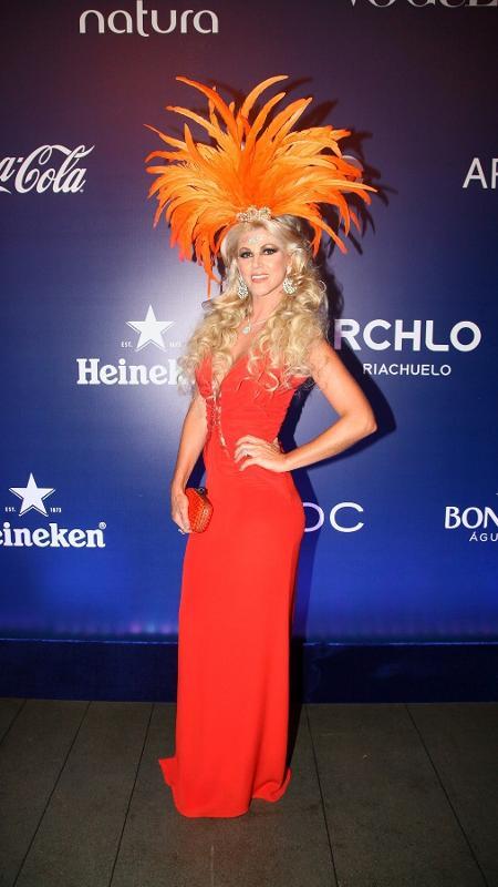 """16.fev.2017 - A socialite Val Marchiori chegou animada no Baile da Vogue: """"Aqui só tem mulher rica. Dá pra fazer um programa só com essa mulherada"""" - Manuela Scarpa e Iwi Onodera/Brazil News"""