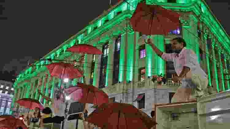 Artistas protestam em frente à Prefeitura de São Paulo, no centro da capital paulista, contra o congelamento do orçamento municipal destinado à Secretaria de Cultura, nesta segunda (27) - Daniel Teixeira/Estadão Conteúdo - Daniel Teixeira/Estadão Conteúdo