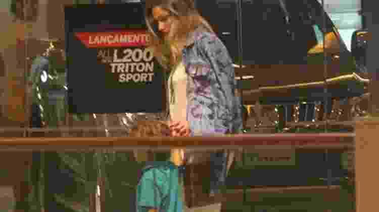 Sasha é vista de mãos dadas com o irmão, David, em shopping do Rio - AgNews - AgNews