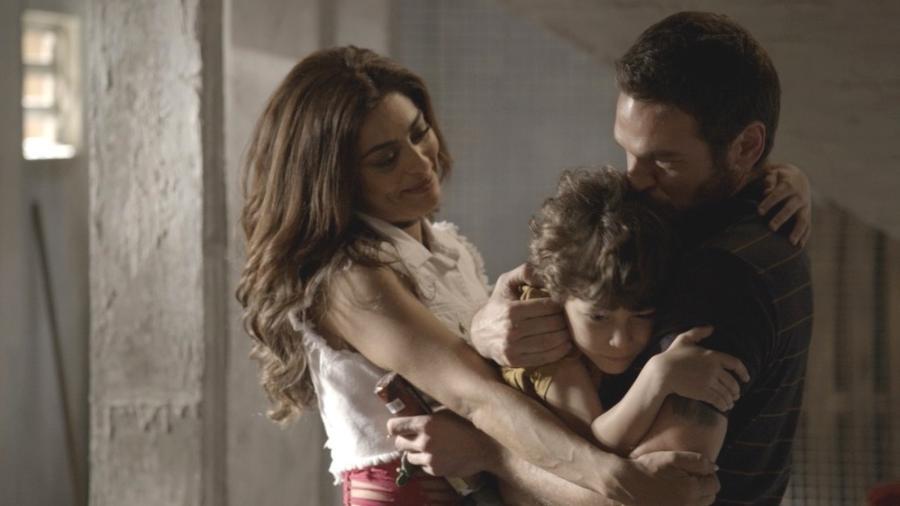 Bibi observa Dedé e Rubinho se abraçando - Reprodução/Globo