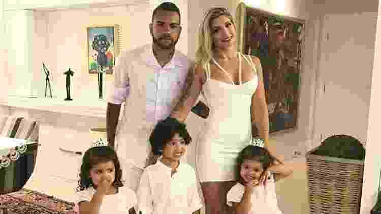 Dani Souza e Dentinho com os três filhos Bruno Lucas, de 5 anos, e as gêmeas Rafaella e Sophia, de 3 - Reprodução/Instagram