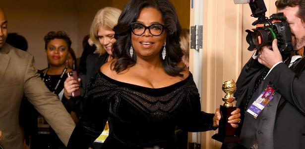 Oprah Winfrey deixa a 75ª cerimônia Globo de Ouro com prêmio pelo conjunto da obra em mãos