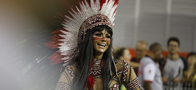 Viviane Araújo se veste de índia para desfilar como rainha de bateria da Mancha Verde no Carnaval 2018 - Simon Plestenjak/UOL