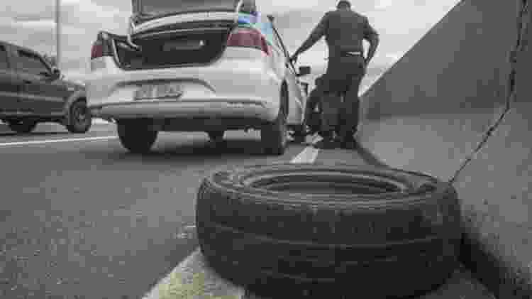 PM do Rio troca pneu de viatura por um estepe - Danilo Verpa/Folhapress - Danilo Verpa/Folhapress