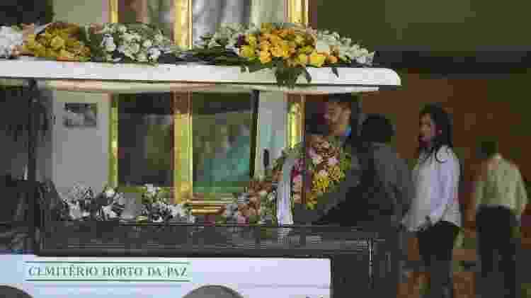 Coroas de flores são retiradas para a cerimônia de cremação de Beatriz Segall  - Francisco Cepada/AgNews - Francisco Cepada/AgNews