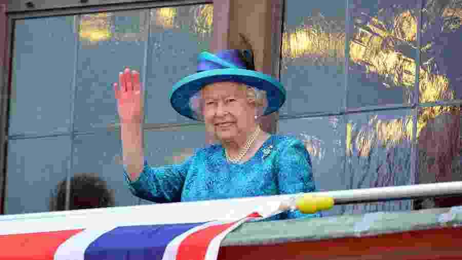 Rainha Elizabeth 2ª acena para o público - Getty Images