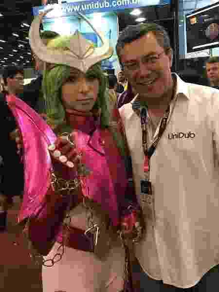 O dublador Ulisses Bezerra com uma cosplayer de Shun de Andromeda - Reprodução/Instagram - Reprodução/Instagram