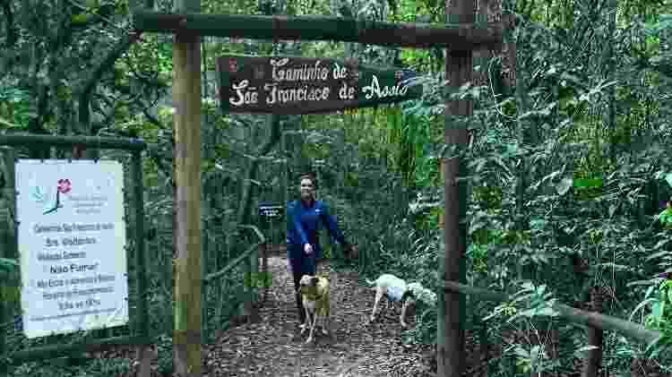 Maga e Juju, cachorras na terceira idade, fazem a trilha de S. Francisco, em Socorro, dentro do parque Monjolinho  - Arquivo pessoal - Arquivo pessoal