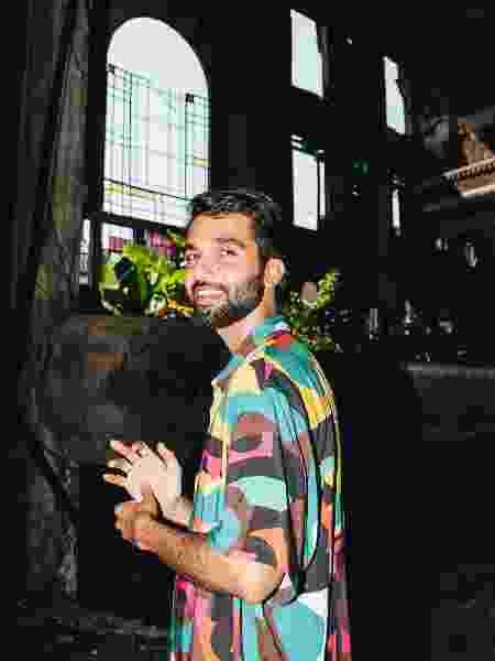 O cantor Silva mostrou convite que recebeu para a prática do ménage - Breno Galtier/Divulgação