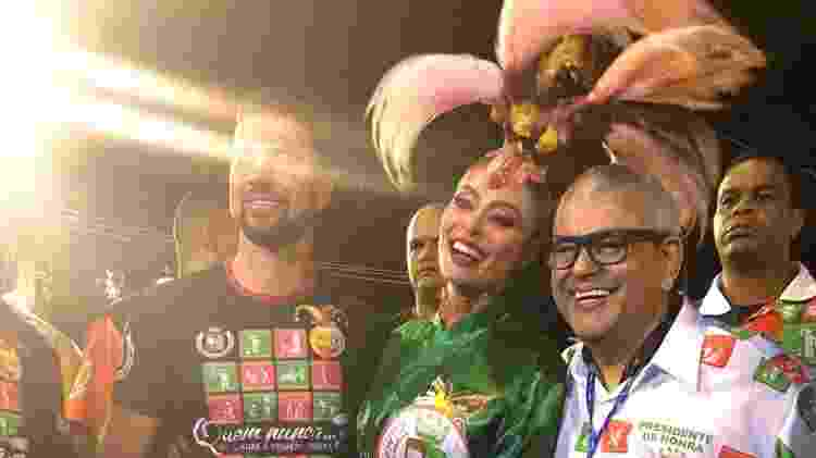 A atriz acompanhada pelo marido e por Jayder Soares, presidente da Grande Rio - Monique Arruda/UOL