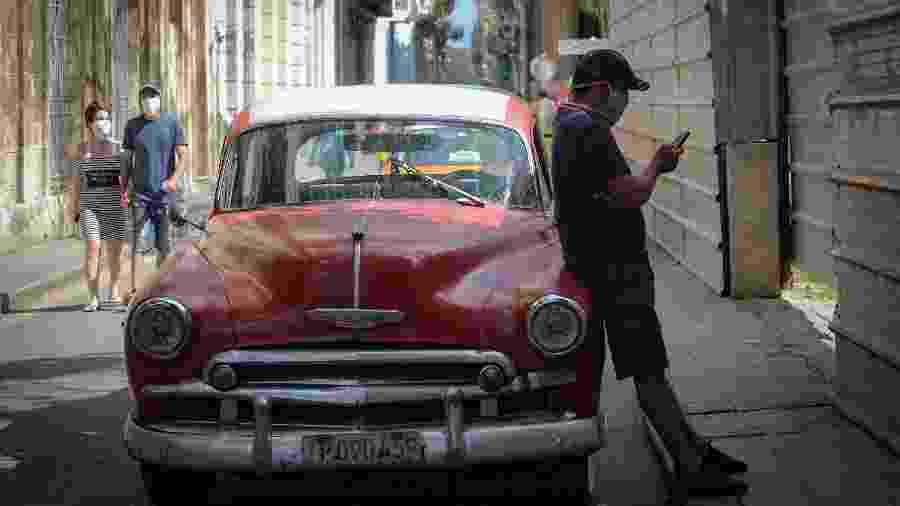 Nas ruas de Havana, os carros antigos dividem espaço com motoristas e moradores mascarados contra o coronavírus - Getty Images