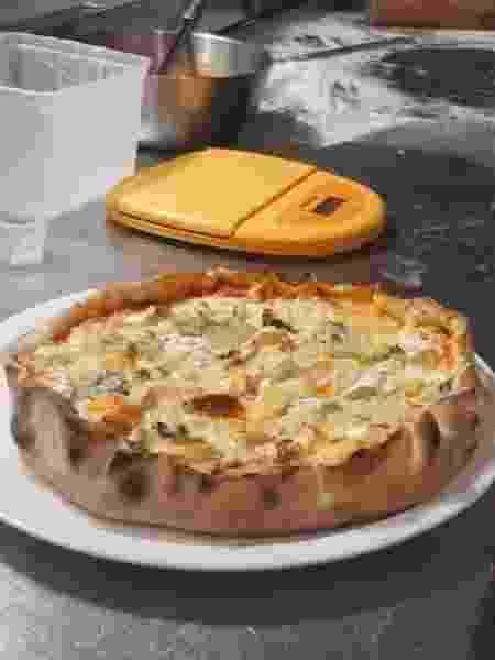 Chef francês Benoit Bruel usou pequenas porções de queijos para elaborar uma pizza; cada pedaço tem variedades próprias - Reprodução