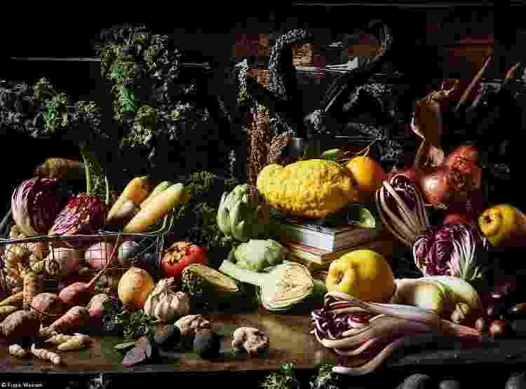 """""""Opulência de inverno, uma suntuosa natureza morta de frutas, legumes e verduras de inverno."""" - MARTIN GRÜNEWALD / FRANK WEINERT - MARTIN GRÜNEWALD / FRANK WEINERT"""