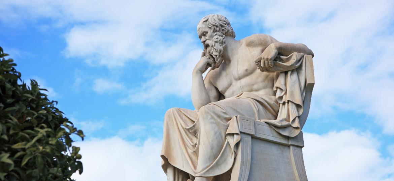 Estátua de Sócrates na frente da Academia de Atenas, na Grécia - Getty Images