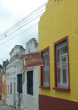 20.jan.2016 - Um pouco mais abaixo da 13 de Maio, na Rua Henrique Dias, existem muitas outras casas à venda e para o aluguel temporário de Carnaval