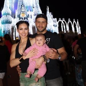 Bella Falconi posa para a foto com a filha, Victória, e o marido, Ricardo Rocha - Arquivo Pessoal