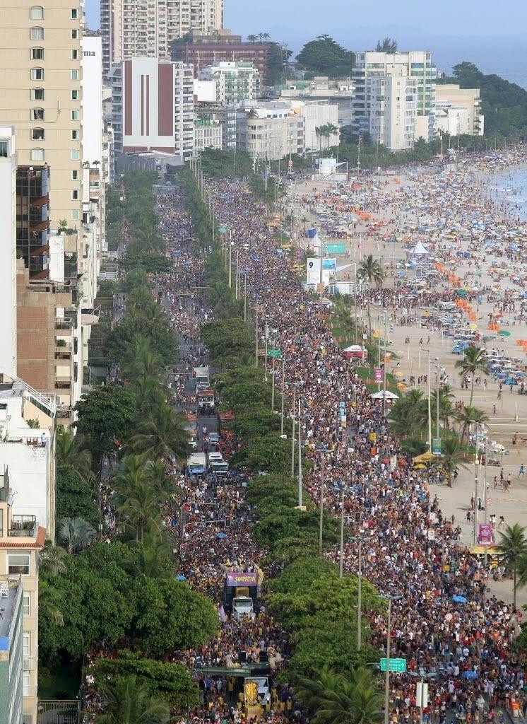 30.jan.2016 - Multidão toma conta da avenida Vieira Solto, no Rio, na orla da praia de Ipanema