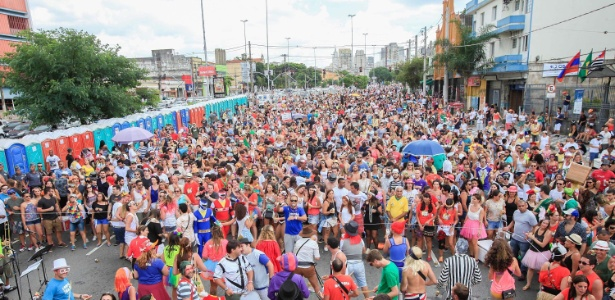Bloco de rua tomou todos os espaços da avenida Tiradentes, em São Paulo